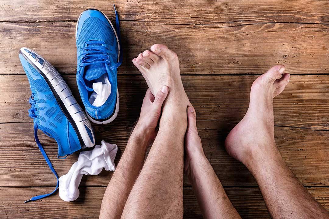 بخلاف الرائحة الكريهة.. ماذا يحدث لقدمك عند ارتداء الأحذية دون جوارب؟