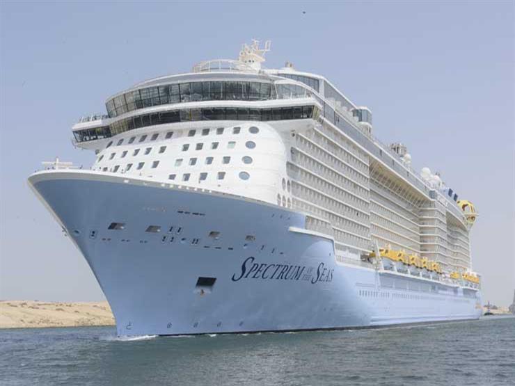 دفعت 965 ألف دولار رسم عبور.. أكبر سفينة ركاب في العالم تعبر قناة السويس - صور
