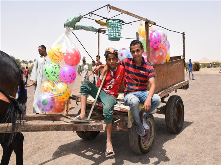 """الطفلان """"عمرو وعلي"""".. جامعا الخردة احتفلا بشم النسيم على طريقتهما: """"الكورة بـ 10 جنيه"""""""