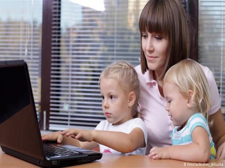 لماذا يجب على الأطفال تفادي شاشات الأجهزة الإلكترونية؟