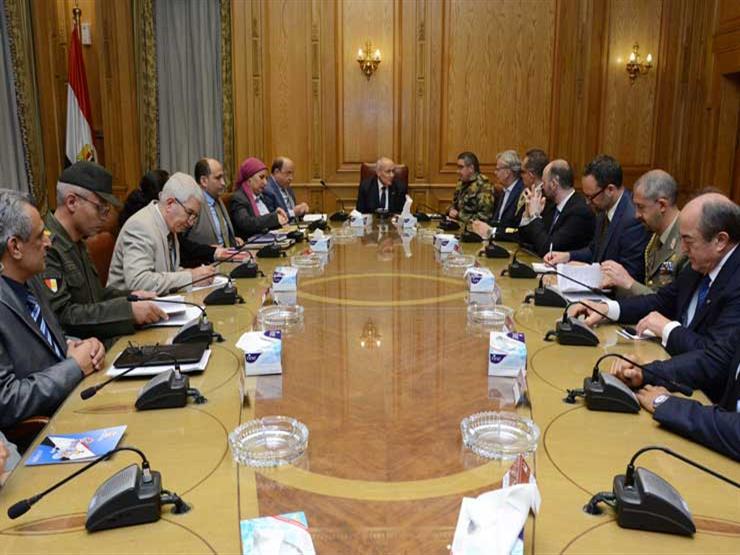 """""""العصار"""" يناقش مع وفد إيطالي إمكانية نقل تكنولوجيا تصنيع المسدس الـ 9 مم إلى مصر"""