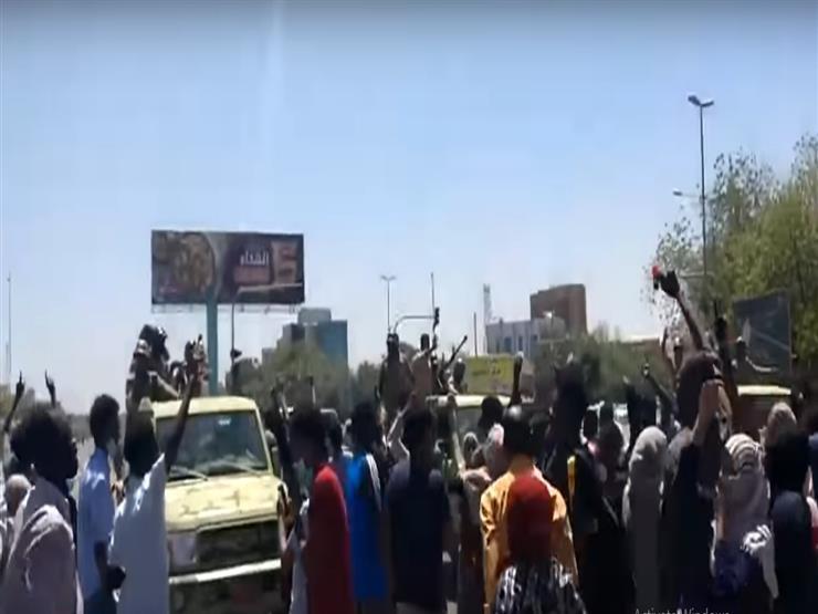 تطور لافت  الجيش السوداني يتصدى للأمن ويطلق الرصاص لحماية المعتصمين (فيديوهات)