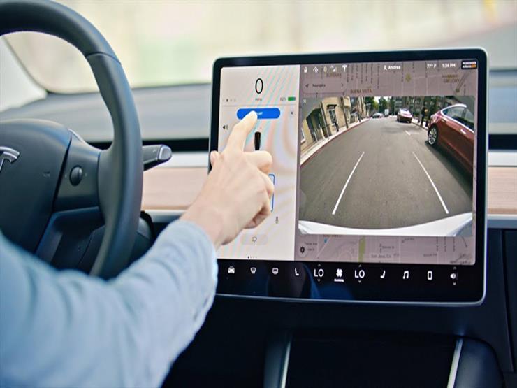 """بالفيديو.. """"تيسلا"""" تستعرض نظام التحكم عن بعد في السيارة بأماكن الانتظار"""