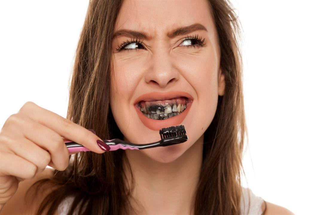 دراسة صادمة: تنظيف الأسنان بالفحم يعرضك لخطر التسوس