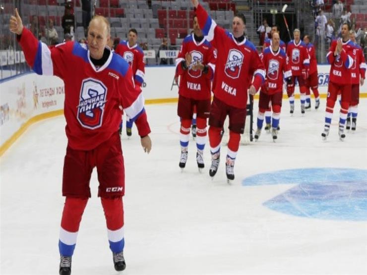"""بوتين يتباهى ب""""دبلوماسية الهوكي"""" ويهوي على الجليد"""