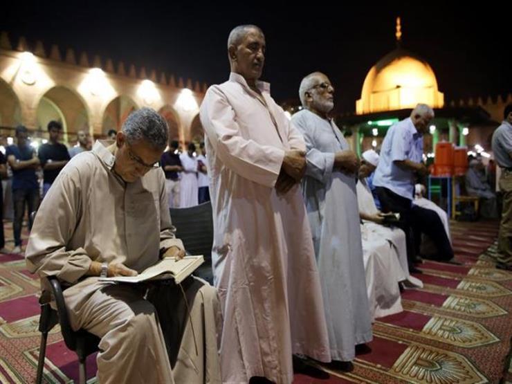 هل يجوز صلاة كبار السن جالسين وسط صف الجماعة؟.. المفتي السابق يجيب