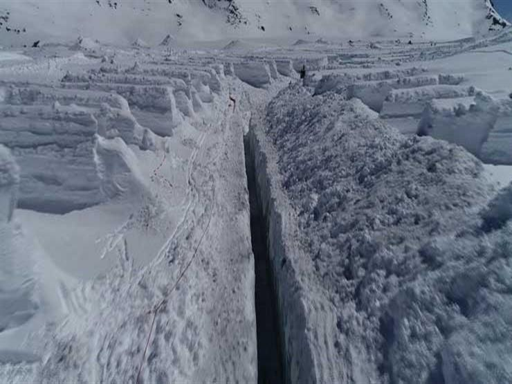 حفر نفق داخل نهر جليدي لحماية القرى من الفيضانات