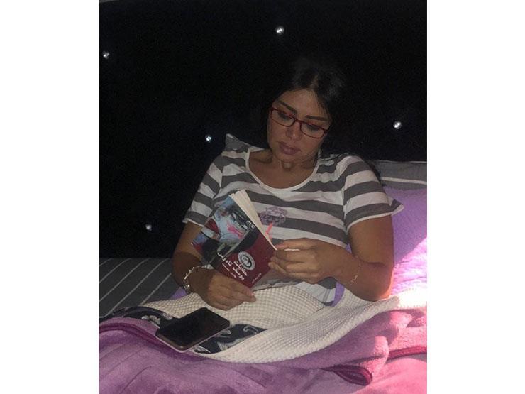 شاهد ماذا تقرأ رانيا يوسف قبل النوم؟