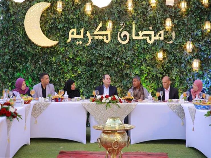 السيسي يتناول الإفطار مع مجموعة من المواطنين بمقر إقامته