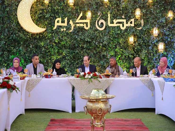 الرئاسة تنشر فيديو لإفطار السيسي مع مجموعة من المواطنين