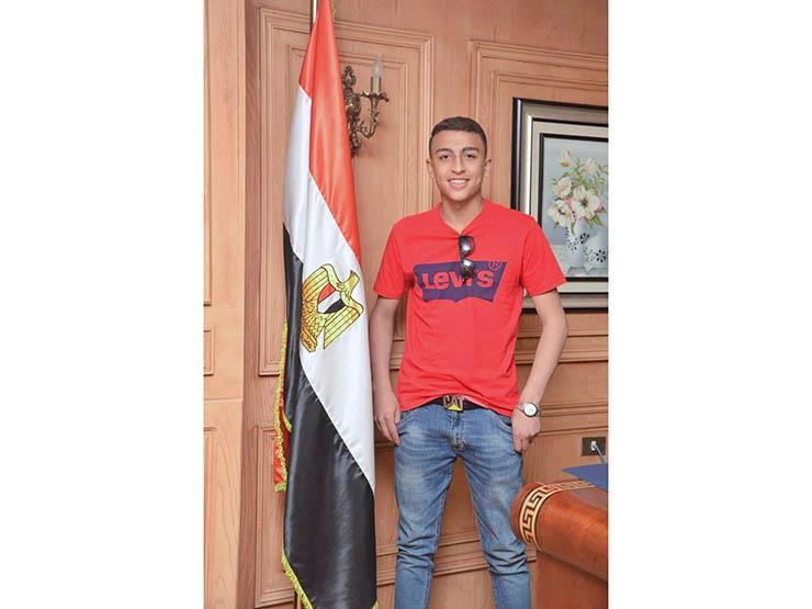 """""""الهجرة"""" تكرم المراهق المصري بعد إنقاذه 51 طالبًا من الموت بإيطاليا"""