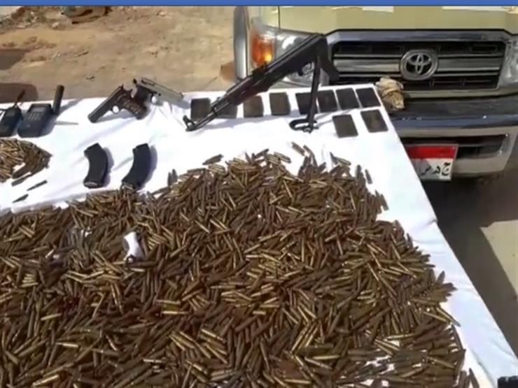 بالفيديو.. لحظة ضبط عنصر إجرامي وبحوزته 12 سلاحًا ناريًا و4 آلاف طلقة بمطروح
