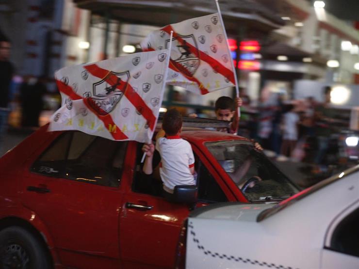 جماهير الزمالك تستقبل حافلة الفريق بعد وصولها مقر النادي