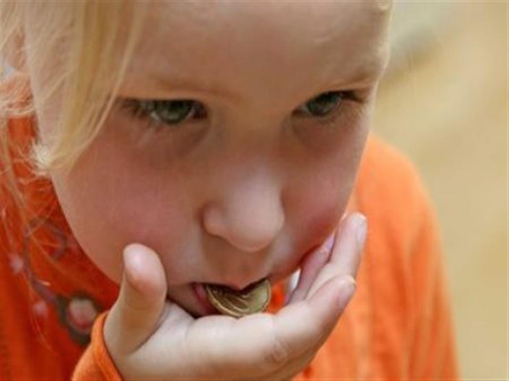 ماذا يحدث عندما يبتلع الطفل بطارية؟