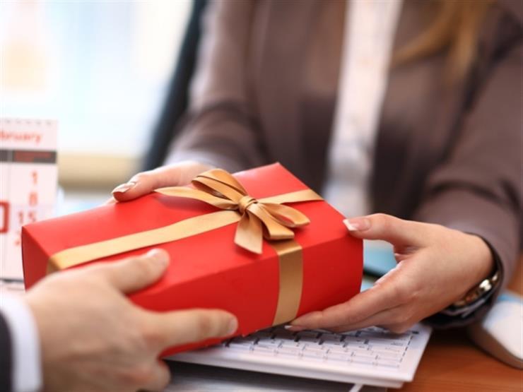خبيرة إتيكيت توضح طرق تقديم الهدية المناسبة في العيد