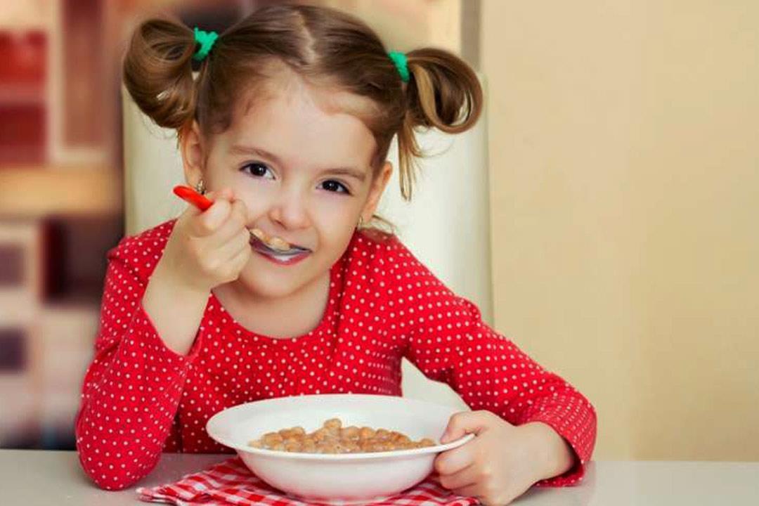 كيف تقنع طفلك بتناول الطعام؟