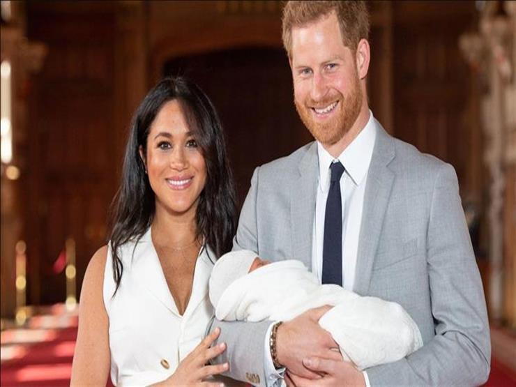 الأمير هاري وزوجته ميجان يقدمان طفلهما لوسائل الإعلام