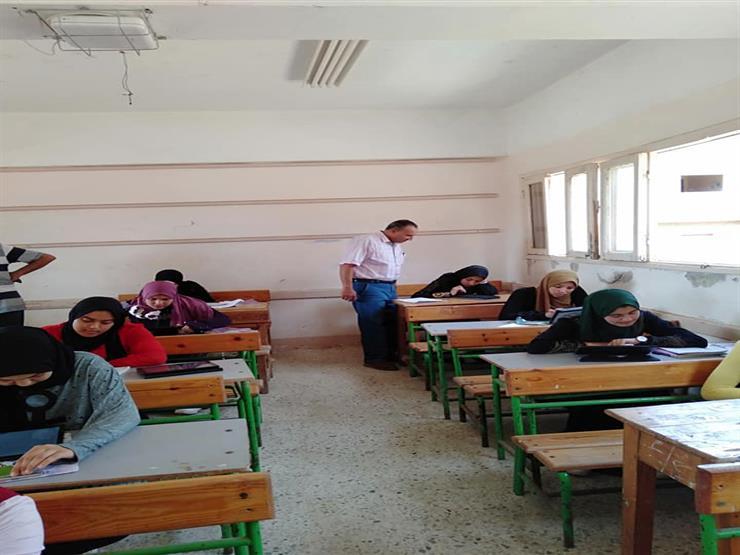 طلاب أولى ثانوي يؤدون امتحان الفرصة الثانية في الرياضيات