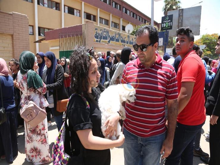 """أشرف ينتظر ابنته أمام لجنة """"الثانوي"""" مع كلبها: مبتروحش الامتحان من غير """"كوجي"""""""
