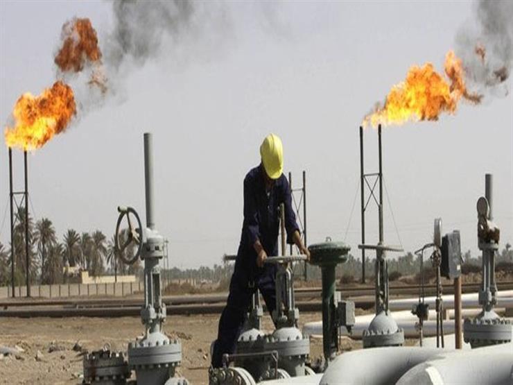 النفط ينخفض لكنه متجها لتحقيق زيادة أسبوعية 4% بسبب التوترات