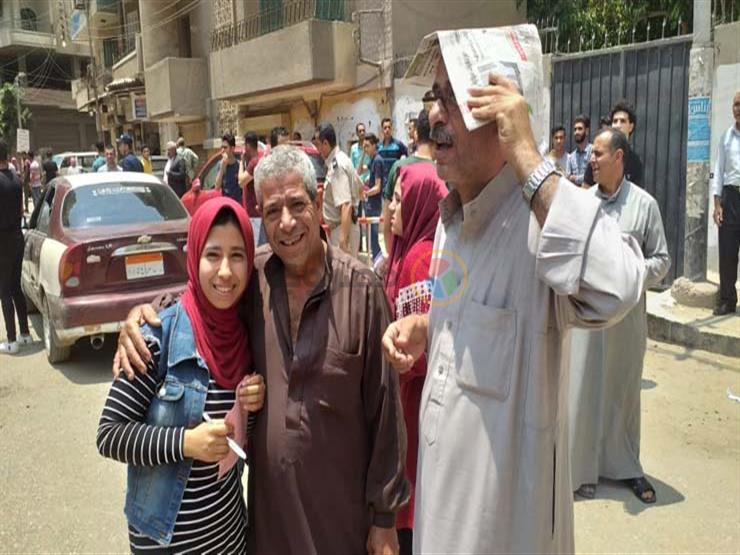 بالصور   الإنجليزي  يرسم السعادة على وجوه طلاب الثانوية العا   مصراوى
