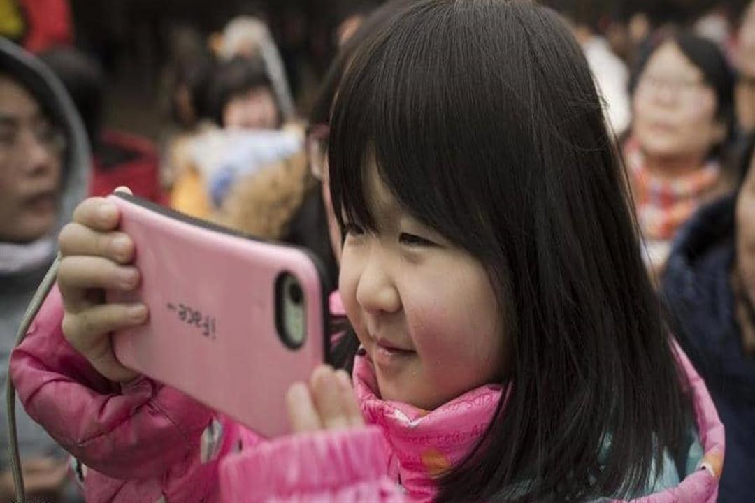 طفلة تشاهد الموبايل يوميا ماذا حدث لصحتها؟