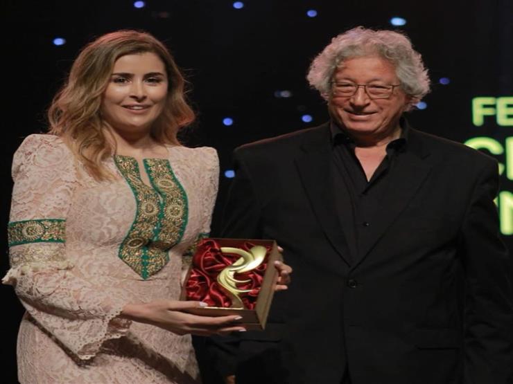 عائشة بن أحمد تتسلم جائزة المبدعين خارج أرض الوطن
