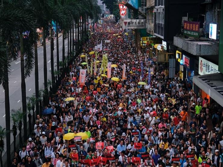 وفاة متظاهر في هونج كونج إثر سقوطه أثناء محاولة تعليق لافتة   مصراوى