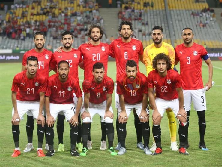 """في غياب الأصلي وارتفاع ثمنه.. قميص المنتخب """"الهاي كوبي"""" ملاذ مشجعي مصر"""