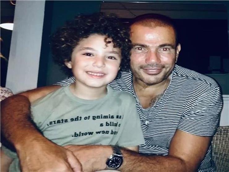 """فيديو  الطفل ياسين يحكي موقفًا طريفًا مع عمرو دياب  في كواليس """"زي الشمس"""""""