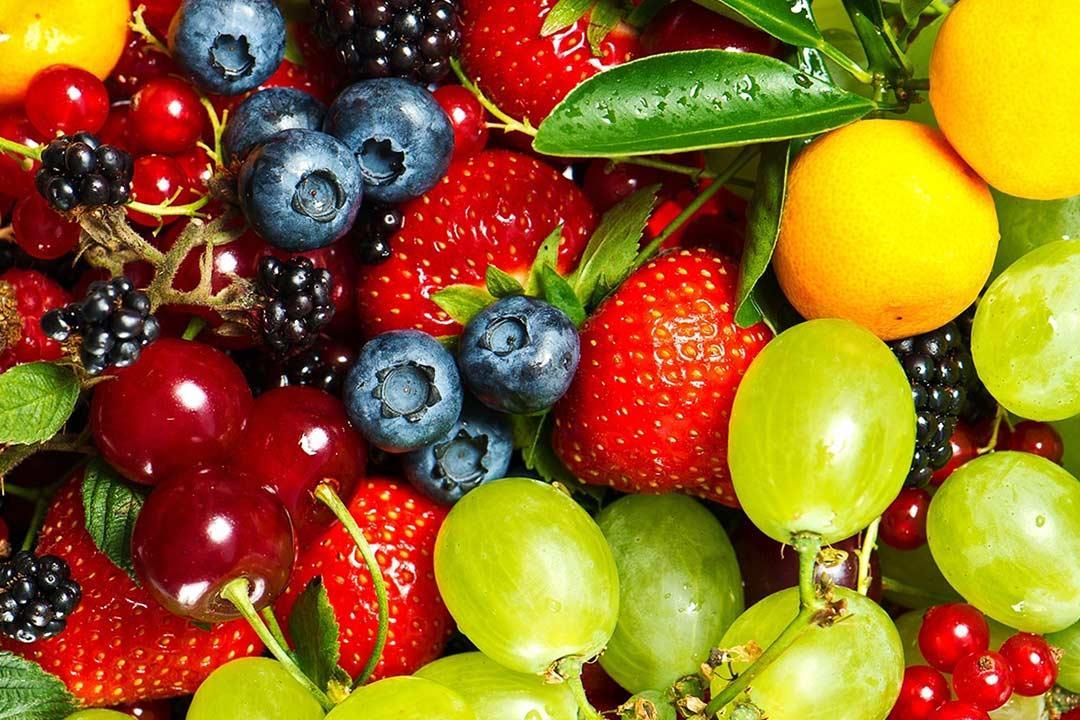 طريقة بسيطة لتحضير الفواكه بصوص الكراميل.. حلوى لذيذة وصحية