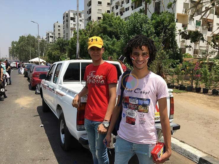 """الرزق يحب الرسم"""".. محمد وشقيقه من التشجيع داخل """"ستاد"""" إلى العمل خارجه"""