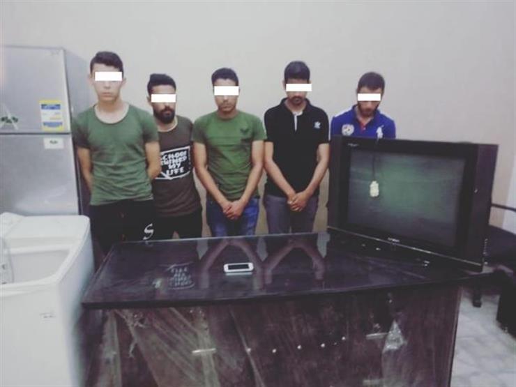 ضبط 5 أشخاص اقتحموا منزل مواطن وسرقوا بعض المنقولات بالإكراه في القاهرة