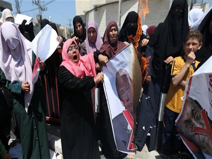 متظاهرون فلسطينيون يحرقون صور ترامب ضمن احتجاجات على مؤتمر البحرين