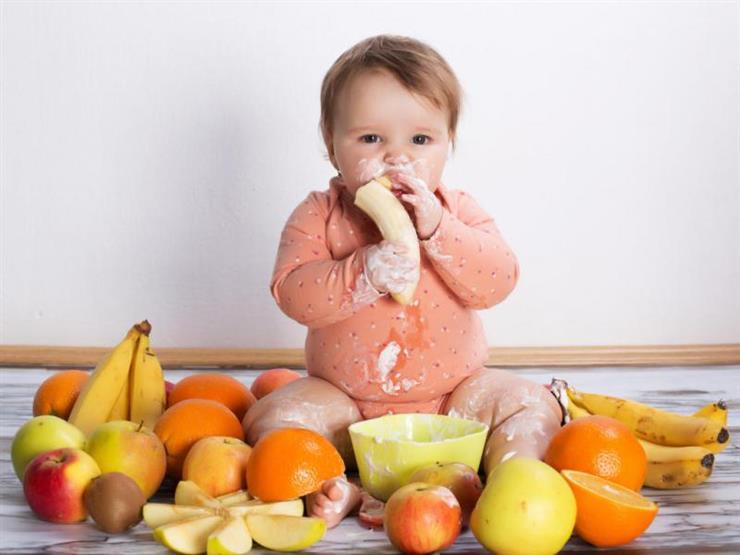 متى يبدأ الطفل في تناول البطاطس والفاكهة؟