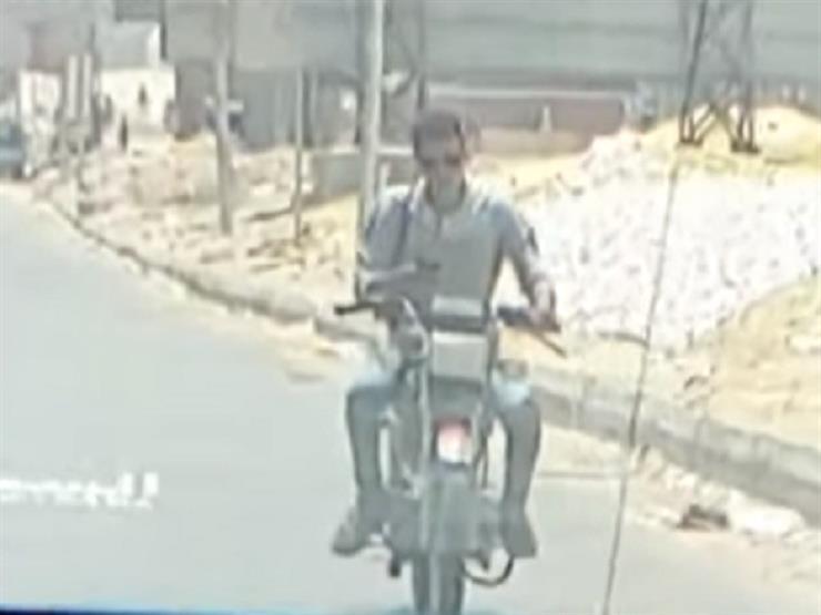 بالفيديو.. سائق موتوسيكل يسير مخالفًا ويتحدث في الموبايل على طريق الواحات