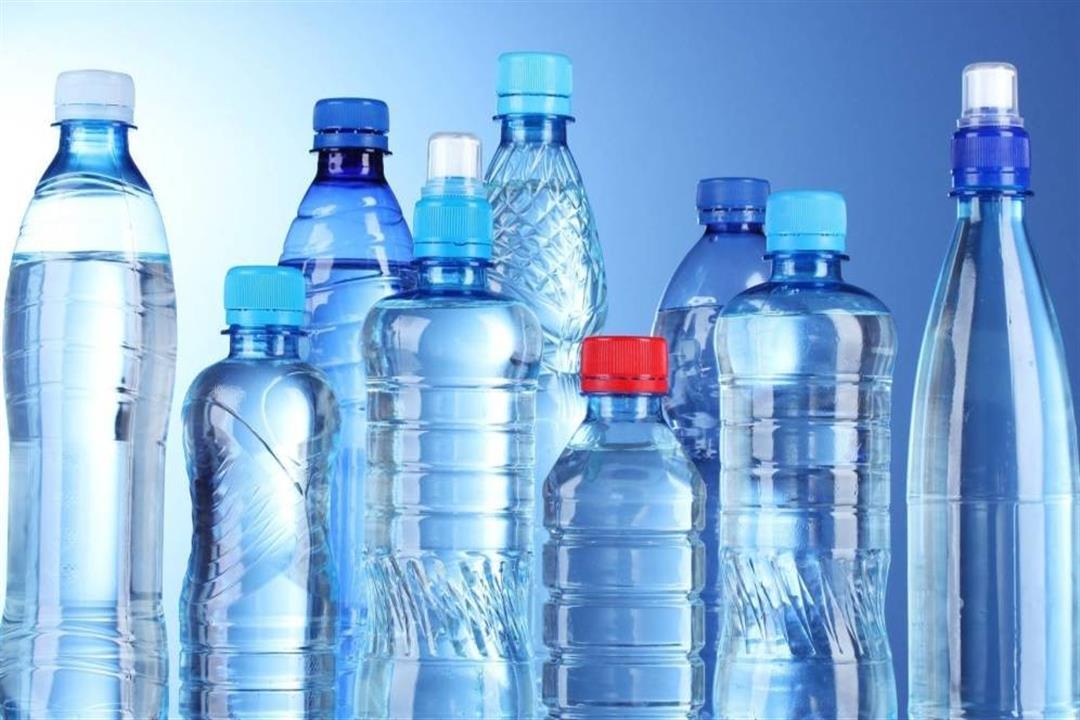 """زجاجات المياه وأكياس الطعام.. المواد البلاستيكية """"سرطان"""" داخل منزلك"""