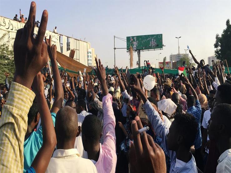 """تجمع المهنيين السودانيين يخالف الدولة: """"العيد بكرة"""""""