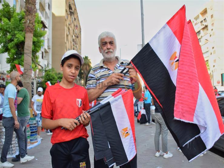 محمد يبيع أعلام مصر أمام ستاد القاهرة: «مكسب من ريحة يناير ويونيو»