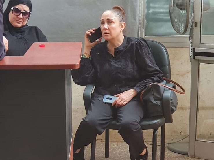 صورة- شيرين تنتظر خروج جثمان محمد نجم من المستشفى
