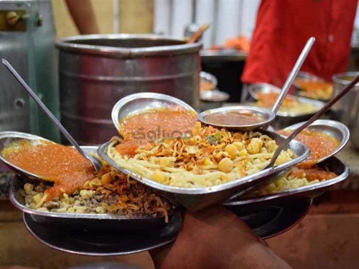 """بعد غيابه في رمضان.. طبق الكشري أول وجبات العيد: """"مانعيدش من غيره"""" (صور)"""