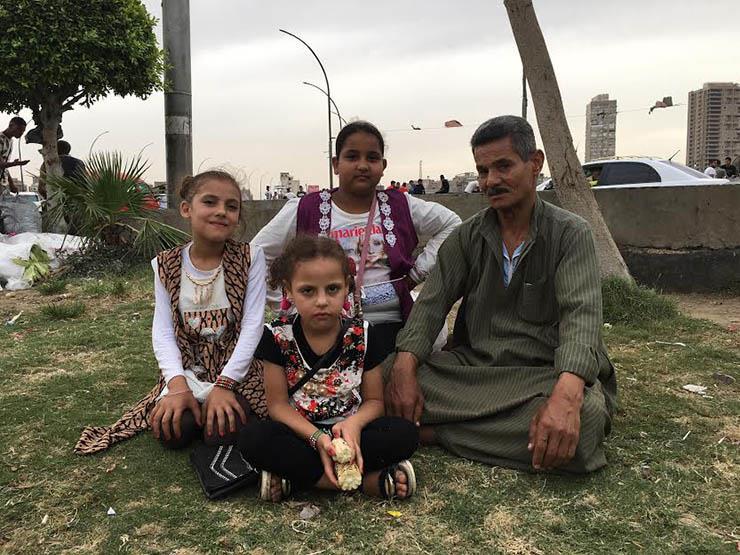 """""""المهم يتبسطوا"""".. نبوي يصطحب أبناء الجيران لـ""""فُسحة العيد"""" رفقة ابنته"""