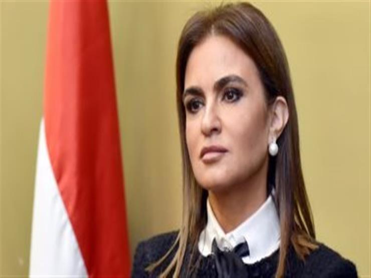 """وزيرة الاستثمار وحفيدتها يُعدان """"كحك العيد"""""""