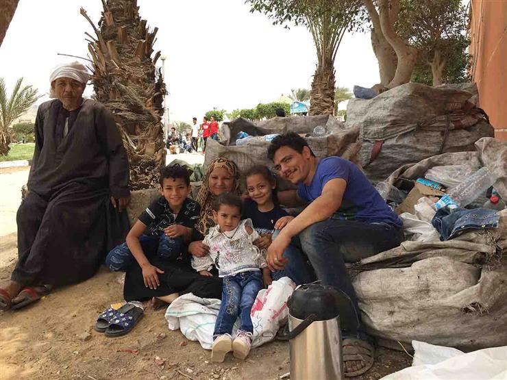 """عيد """"الشقيانين"""".. أسرة تجمع البلاستيك بالفسطاط: """"عشان نزود رزقنا"""""""