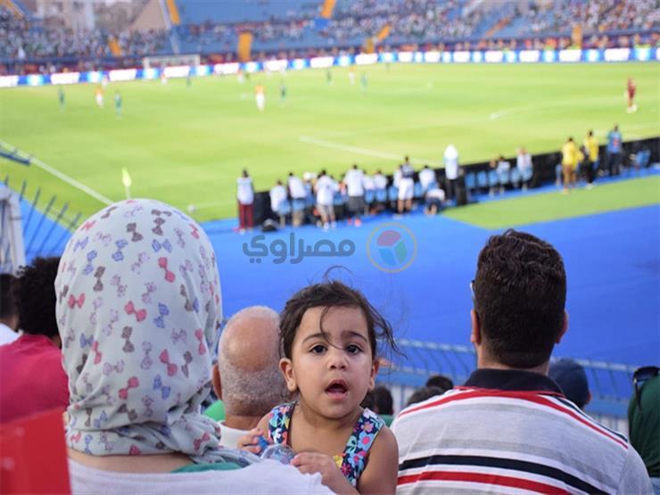 """على أنغام الفوفوزيلا.. مصريون في مدرجات """"التالتة يمين"""" لتشجيع الجزائر: """"بنحبهم"""""""
