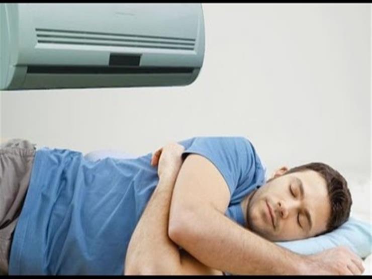 ماذا يحدث لجسمك عند النوم تحت التكييف والمروحة باستمرار؟