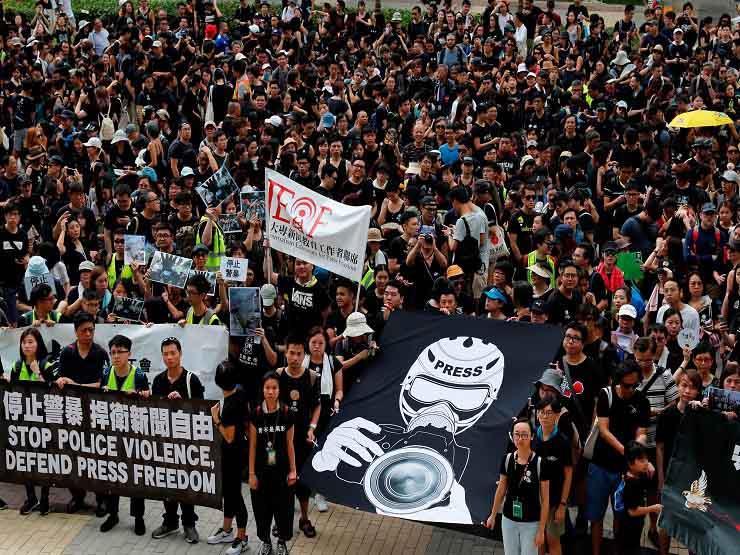 الآلاف ينظمون مسيرة في هونج كونج ضد الحكومة