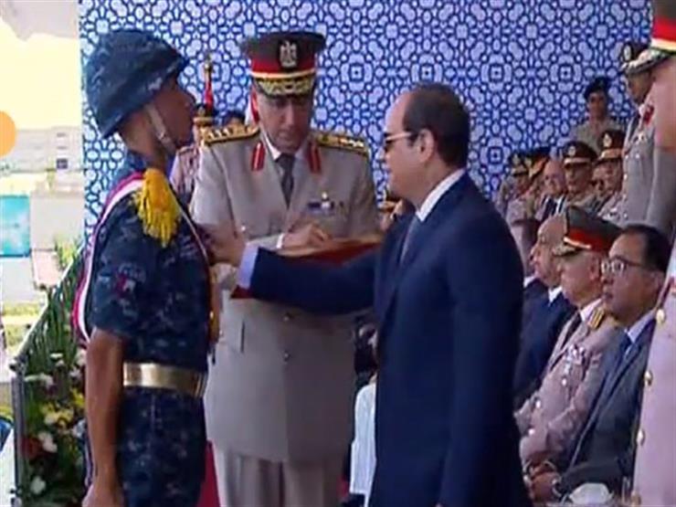 السيسي يمنح أوائل خريجي معهد ضباط الصف نوط الواجب العسكري