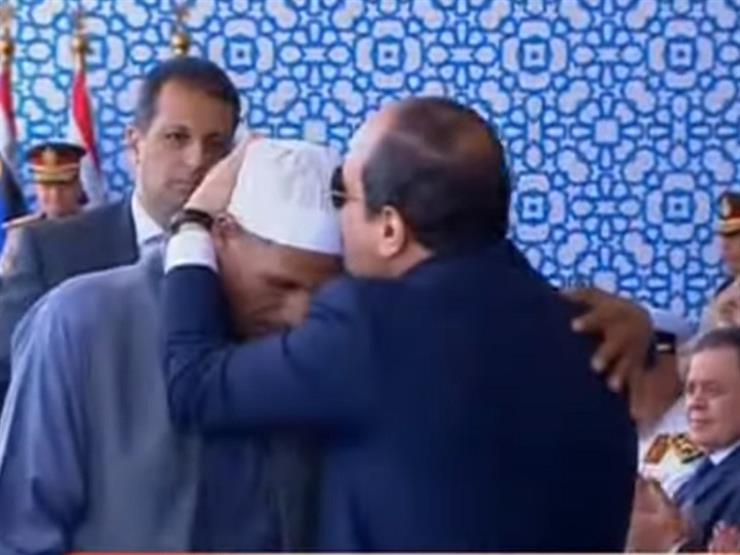 شاهد.. السيسي يُقَبِّل رأس والد الشهيد أحمد عبد العظيم خلال    مصراوى