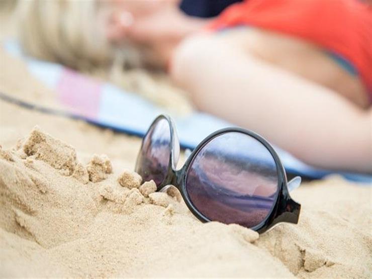 احذر تنظيف نظارتك الشمسية من الرمال باستخدام المنشفة